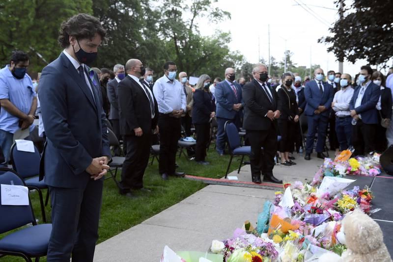 Statsminister Justin Trudeau og Ontarios provinsminister Doug Ford deltok i minnemarkeringen for de fire muslimene som ble drept i bilangrepet søndag. Foto: Nathan Denette / The Canadian Press via AP / NTB