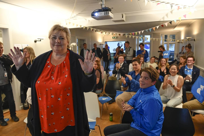 Statsminister Erna Solberg (H) besøker skolevalgvaken til Unge Høyre på Høyres Hus i Bergen når resultatet kommer. Foto: Marit Hommedal / NTB