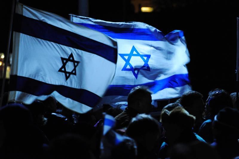 BERGEN 20090122:  Det blåste stiv kuling og israelske flagg blafret friskt i vinden da Israel-vennlige organisasjoner markerte støtte til Israel i Bergen torsdag kveld. Foto: Marit Hommedal / SCANPIX