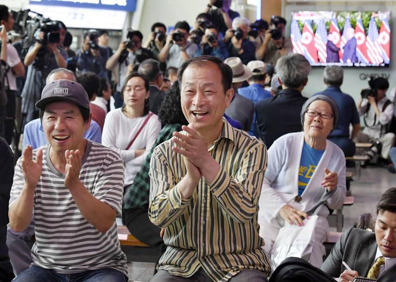 Jubel: TV-overføring fra toppmøtet mellom Donald Trump og Kim Jong-un vakte begeistring på jernbanestasjonen i Sør-Koreas hovedstad Seoul.