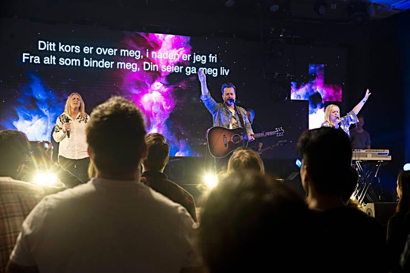 «I nåden er jeg fri», sang lovsangsartisten David Andre Østby sammen med over 1.000 lovsangsentusiaster under konferansen Lovsang 19 forrige helg.