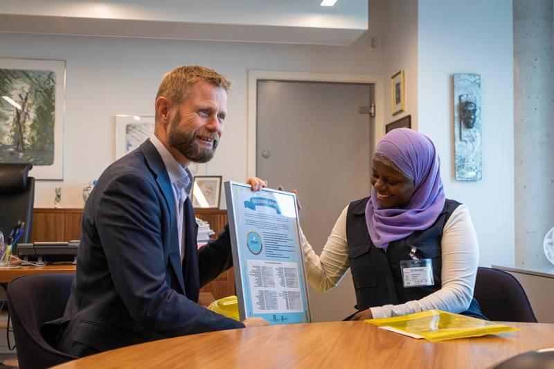 Helse- og omsorgsminister Bent Høie signerer en felleserklæring i regi av organisasjonen Abloom, som ledes av Faridah Shakoor Nabaggala.