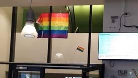 Uenigheten mellom studenter og NLA fortsetter: Nå prydes høgskolen av Pride-flagg