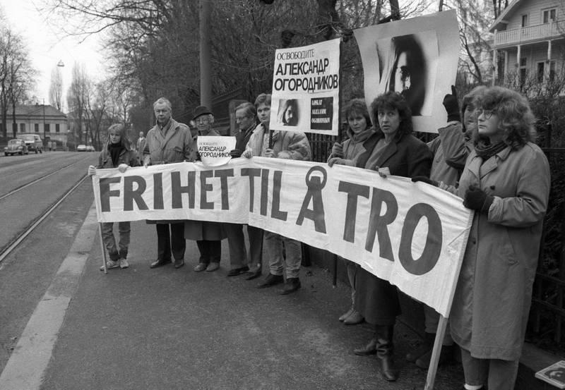 """Oslo 1986-11-14: Organisasjonen MISJON BAK JERNTEPPET arrangerer demonstrasjon utenfor den sovjetiske ambassaden i Oslo. Med slagord """"frihet til å tro"""". FOTO: Morten Hvaal"""
