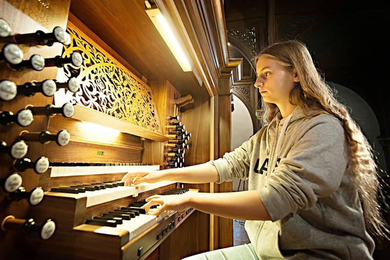 Orgeltalentet Victoria Ulriksen har slitt lenge for å få tilstrekkelig øvingstid i Oslo-kirken. Nå har saken fått en løsning. Her øver hun på orgelet i Sofienberg kirke