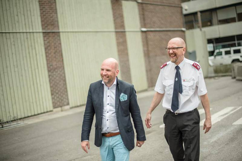 Det er 11 år mellom advokat Brynjar Nielsen Meling og frelsesoffiser Jostein Meling. Et sosialt engasjement og Frelsesarmeen er noe av det som binder dem sammen. For ikke å si humoren.