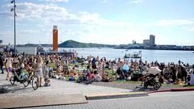 I Norge kan vi nyte sommeren - i Uganda kan brudd på maskepåbud gi to måneder i fengsel