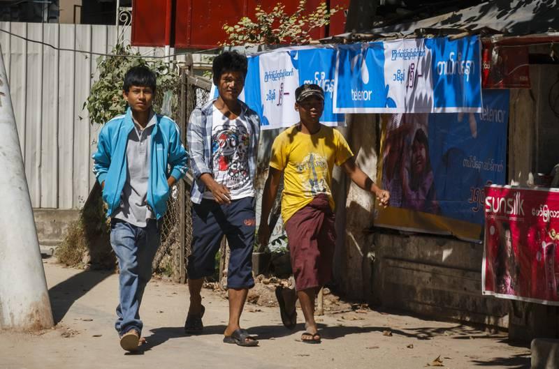 YANGON, MYANMAR 20141202. Telenor har teppelagt gatene i Myanmars hovedstad Yangon med blå bannere, parasoller og skilt med synlig Telenor-logo.  Foto: Heiko Junge / NTB