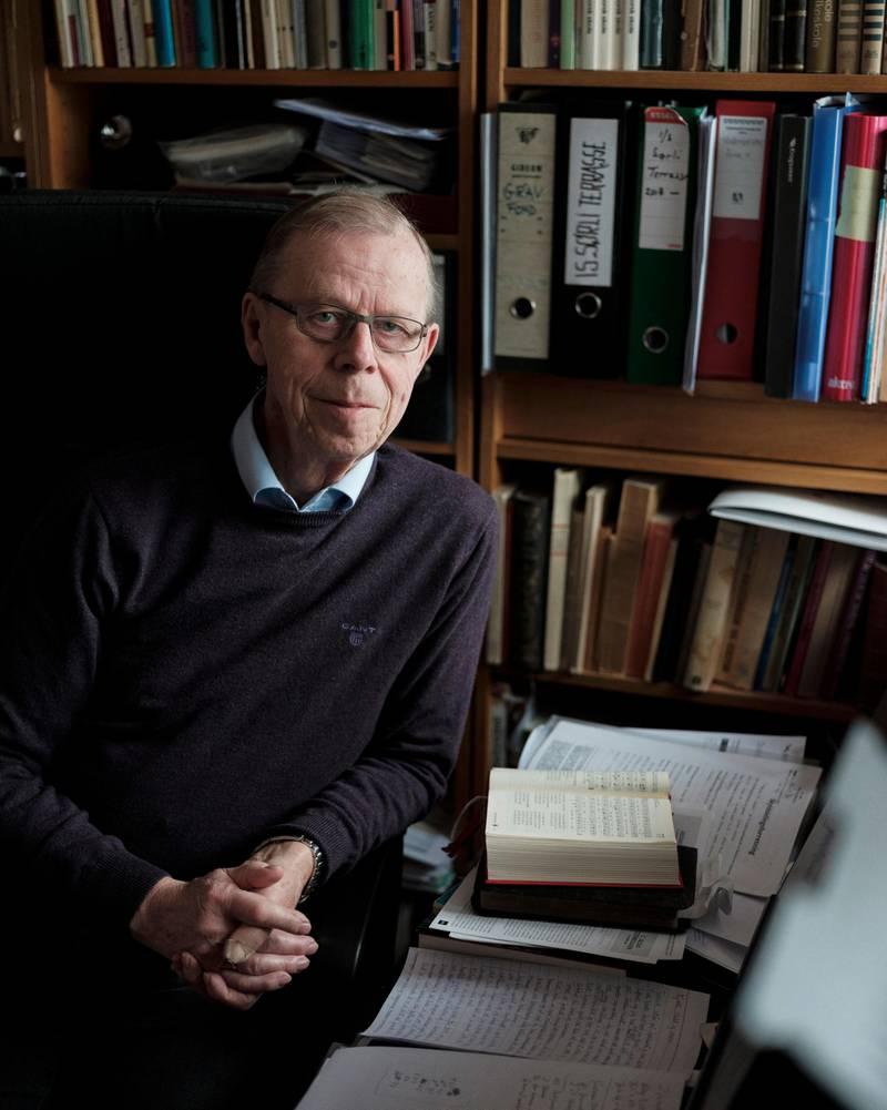 Dokka er prest og har i mange år vore professor ved Teologisk Fakultet.