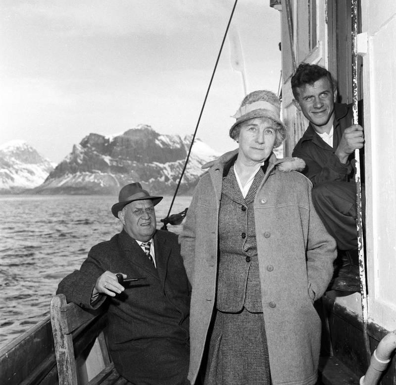 Ingrid Bjerkås ordineres til sokneprest i Berg og Torsken prestegjeld i Troms i 1961. Det ble mange og lange reiser med presteskøyta Viken for Norges første kvinnelige prest. Det ble også mange og lange innlegg mot henne i Vårt Land.