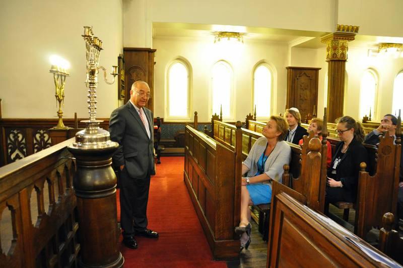 Den norske kirke er 5.000 ganger så stor som Det Mosaiske trossamfund, påpeker Ingrid Rosendorf Joys i STL. Her viser forstander Ervin Kohn i Det Mosaiske Trossamfund daværende kirkestatsråd Rigmor Aasrud og andre departementsansatte synagogen i Oslo.