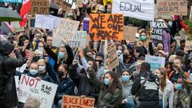 – Debatten om rasisme blir kuppa av folk utan skoa på