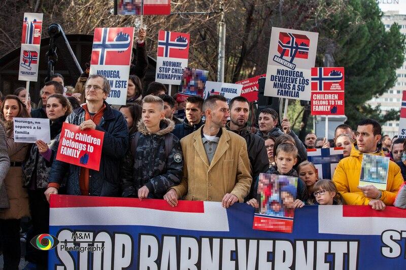 Om lag 400 demonstranter samlet seg utenfor den norske ambassaden i Madrid, Spania, til støtte for den norsk-rumenske familien som er fratatt sine fem barn av barnevernet.