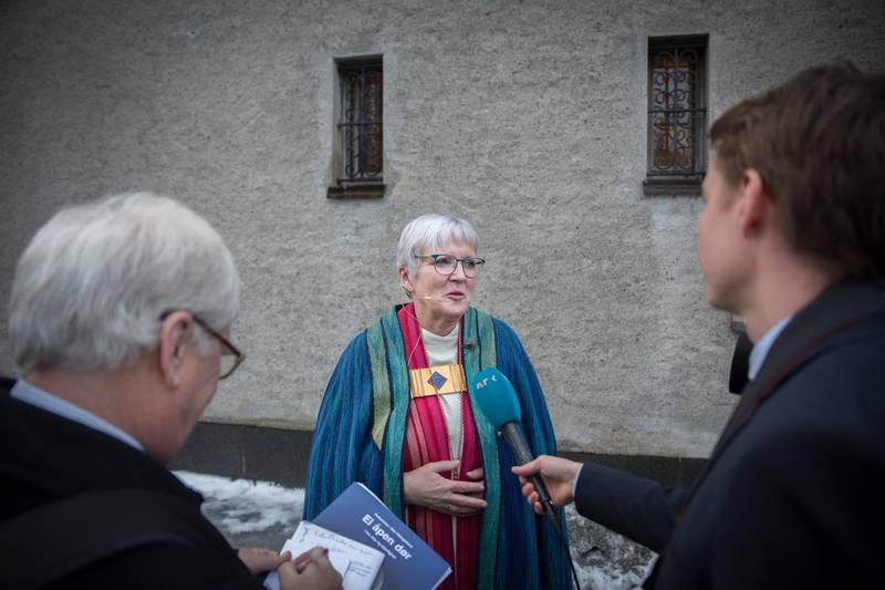 Ann-Helen Fjeldstad Jusnes, biskop i Sør-Hålogaland, sier hennes bispedømme vil ha et stort problem dersom prestene ikke får forrette i begravelser i andre kommuner.