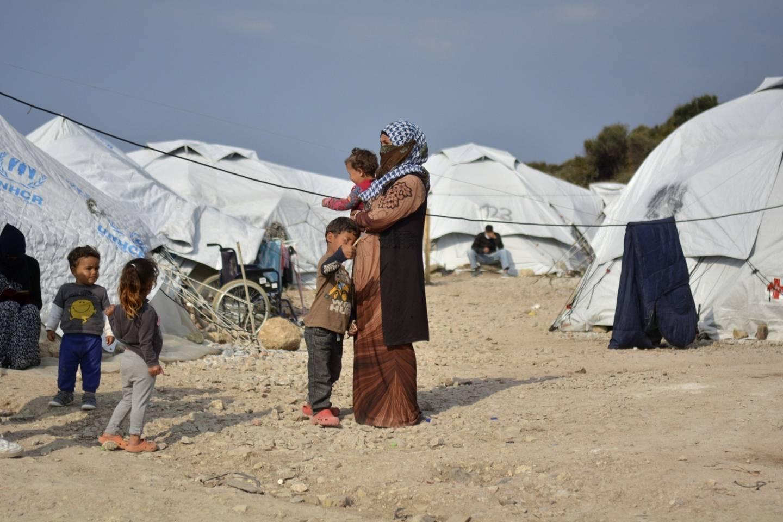 En rekke barn vokser opp i flyktningleirer. Foto: Panagiotis Balaskas / AP / NTB