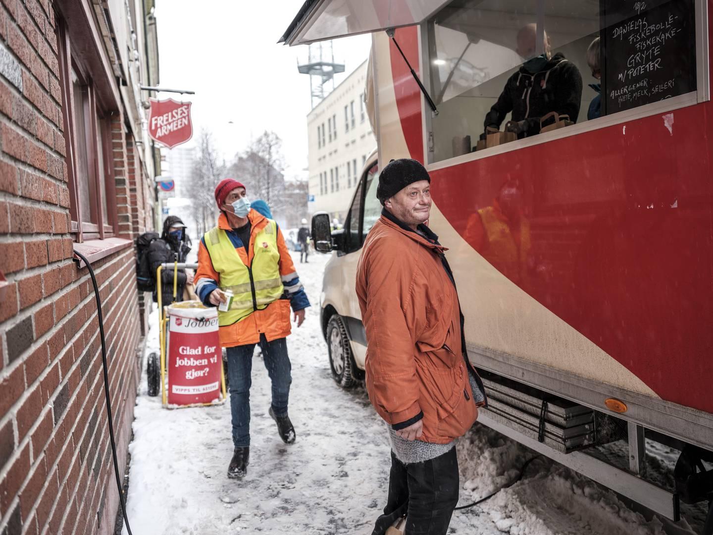 Øyvind Pettersen er innom Frelsesarmeens matvogn i Urtegata i Oslo og får avis og matpakke.