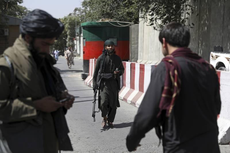 Taliban-krigere vokter en kontrollpost ved det afghanske utenriksdepartementet i Kabul. Foto: Rahmat Gul / AP / NTB