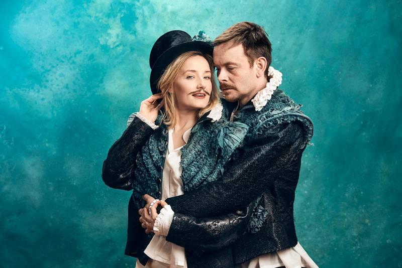 Når Shakespeare (Jan Gunnar Røise) møter teaterspiren Viola (Ine Marie Wilmann), forsvinner skrivesperren i  på Nationaltheatret.