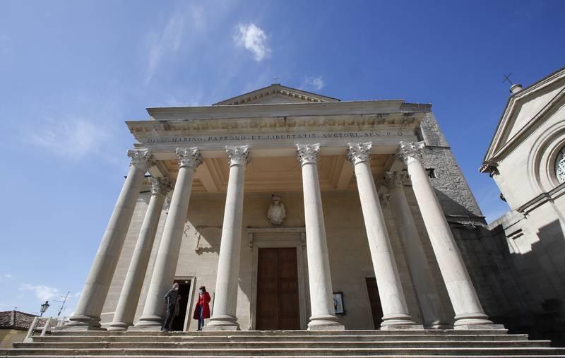 Innbyggerne i San Marino går til historisk folkeavstemning søndag. Da skal de stemme om abort skal bli lovlig de 12 første ukene av svangerskapet. Landet er blant de siste i Europa som har totalforbud mot abort. Her utenfor den katolske hovedkirken i San Marino. Arkivfoto: Antonio Calanni / AP / NTB