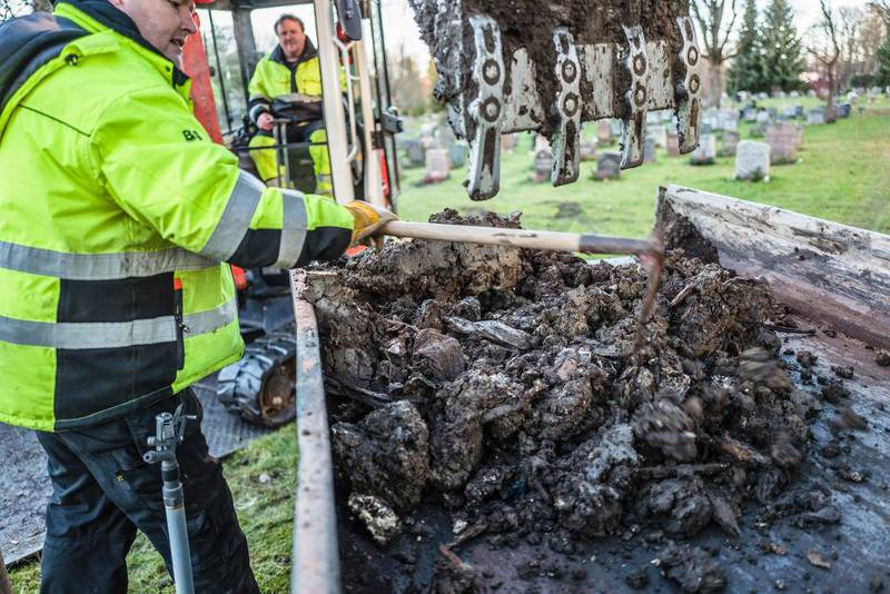 Graver og seksjonsleder Vestre gravlund Søren Jakobsen samarbeider med gravemaskinist Eskil Rognehaug om å åpne en grav på Vestre gravlund i Oslo.