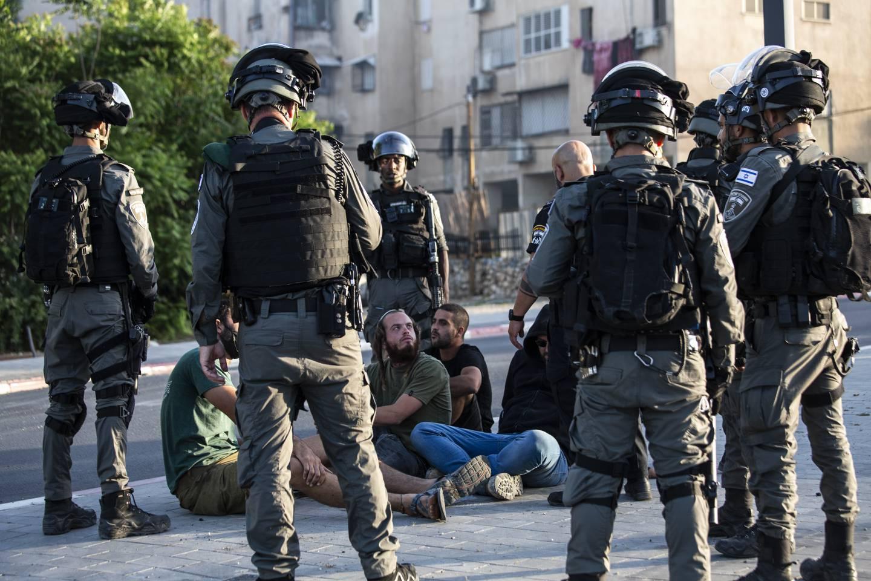 Jødiske bosettere ble pågrepet av israelsk grensepoliti under sammenstøt mellom politi, jødiske grupperinger og israelske arabere i byen Lod onsdag. Foto: Heidi Levine / AP / NTB