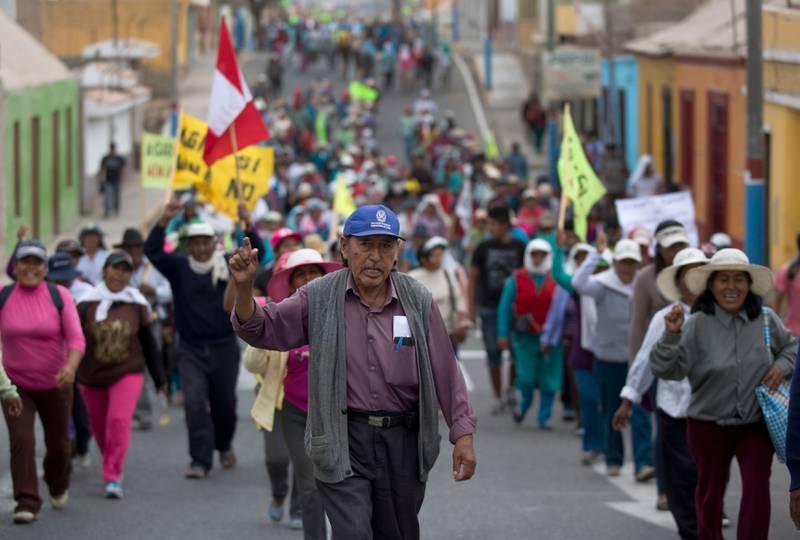 Peruvianske bønder protesterer mot et lokalt gruveselskap i Cocachacra, Peru. Ifølge forskere har de mer til felles med brexit-tilhengere i Storbritannia enn vi kanskje tror.