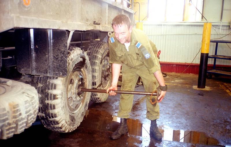 Torger Dahl, ca år 2000.  Arbeider med å bytte hjullager og bremsesylindere på store lastebiler. – Det var på en stor base som hadde vedlikehold av større kjøretøyer, sier han.