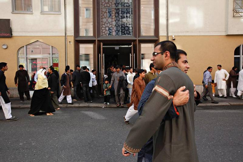 Over 1.500 muslimer samlet seg i moskeen til Islamic Cultural Center på Grønland til å be id-bønn etter at ramadan er over. Etterpå klemmer de hverandre og ønsker god id-feiring.
