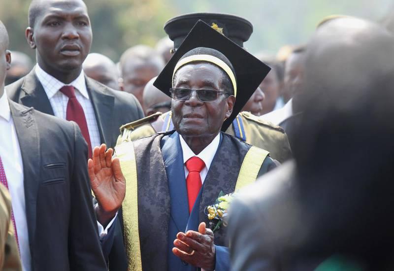 Zimbabwes president Robert Mugabe fyller 93 år i neste måned. Fødselsdagen må feires som kristne feirer Jesus i julen, mener ungdomsleder. Her ankommer presidenten en avgangsseremoni ved Universitetet i Harare sist høst.