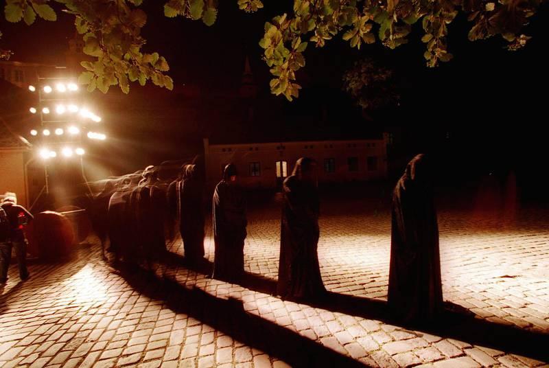 """OSLO 20000813: """"Mad Weekend"""" i Oslo, et ledd i Oslo bys 1000 års feiring.  Drømmenes natt på Akershus slott. En nattlig rundtur i festningens historie. Her munker på vandring i nattemørket.  Foto: Heiko Junge / SCANPIX"""