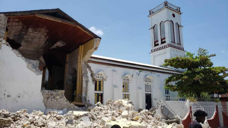 En kirke i havnebyen Les Cayes i Haiti raste sammen under jordskjelvet lørdag. Foto: Delot Jean / AP / NTB