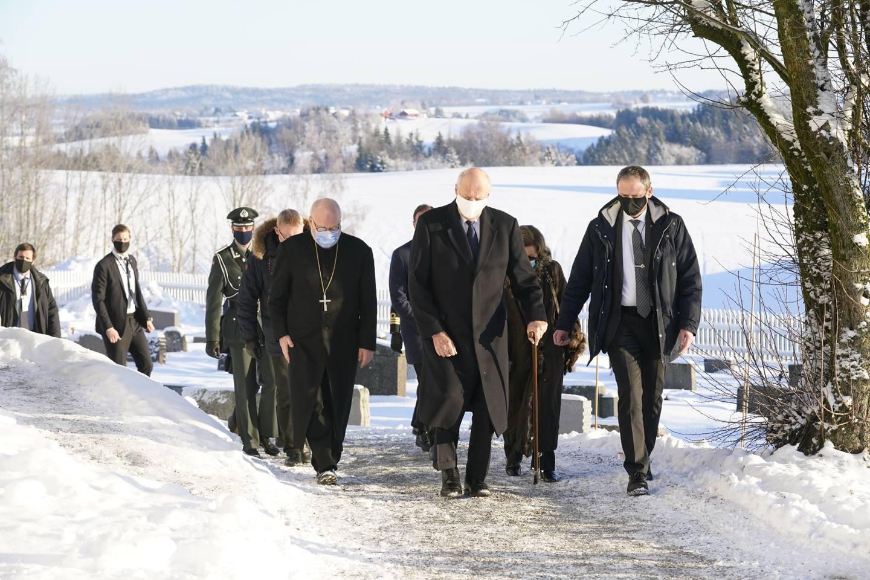 Gjerdrum 20210103.  Kong Harald, dronning Sonja og kronprins Haakon tenner lys i Gjerdrum kirke for å minnes ofrene etter jordraset i Ask. Foto: Lise Åserud / NTB / POOL
