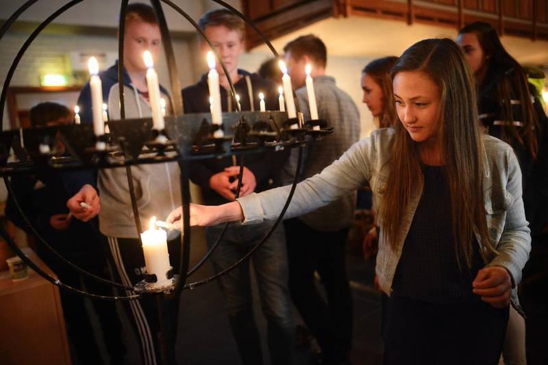 Konfirmant Celine tenner lys i etterkant av gudstenesta søndag.