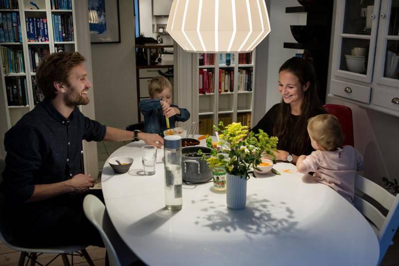 Nøkkelen er å finne en måte å utrykke kjærligheten på i en hektisk hverdag. En av de viktigste medisinene for å få et langt og godt ekteskap er å være nysgjerrig og interessert i den andres tanker og opplevelser, mener parterapaut Mattias Stølen Due. Her er han sammen med hele sin lille familie i København: kona Anna og August Bjørn (3) og Vilja Mai (1).