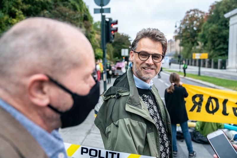 Politet har bragt inn rundt 30 personer i arresten etter demonstrasjonen til Extinction Rebellion mandag morgen. Aktivistene blokkerte en trafikkert gate i Oslo og sperret krysset mellom Karl Johan og Fredriks gate i Oslo. De sperret gata med store bannere og aktivister som var lenket sammen. Politet var på plass og gjorde en rekke arrestasjoner.KFUK-KFUM Global-leder Fredrik Glad-Gjernes