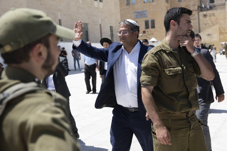 Itamar Ben-Gvir, som leder partiet Jødisk makt, er en provoserende skikkelse på ytre høyre fløy i Israel. På stueveggen har han et bilde av Baruch Goldstein, som i 1994 massakrerte 29 palestinere under fredagsbønnen i en moské i Hebron. Ben-Gvir er en ivrig støttespiller av flaggmarsjen. Foto: AP / NTB