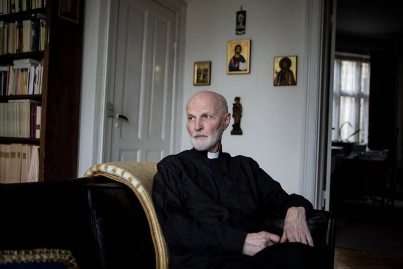 Som ung, nyutdannet, katolsk prest visste Messerschmidt nesten ingen ting om besettelse og eksorsisme, forteller han. Så begynte folk å komme til ham med symptomer. – Jeg ba til Gud om at han måtte vise meg vei, forteller Lars Messerschmidt.