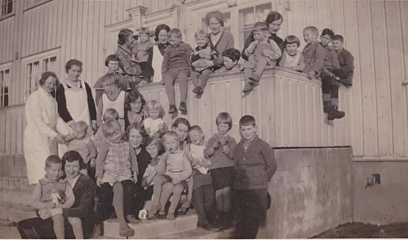 Barn av tatere/romani på et barnehjem stiller opp for fotografen.