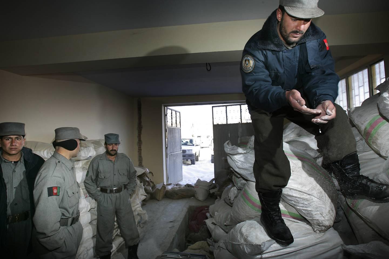 Afghansk politi viser til tider fram narkotikabeslag, men det utgjør en forsvinnende liten del av alt som produseres og eksporteres fra landet.