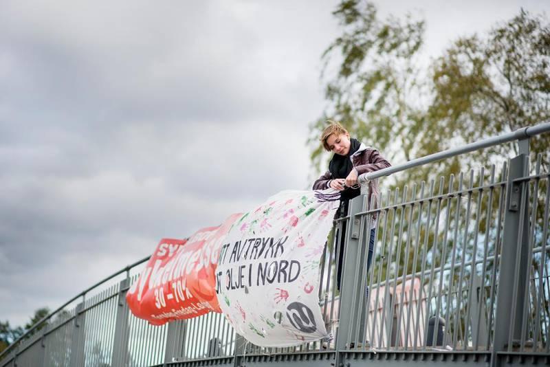 Til et åpent møte i Oppegård Natur og Ungdom for en uke siden kom rekordmange 22 personer som avga håndtrykket sitt mot olje i nord. Jenny Jæger justerer banneret som ble hengt opp. – Jeg tror det må masse gaffa til for å bekjempe vinden her, ler hun.