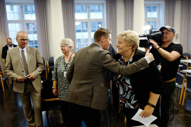 En velkomstklem fra KrF-leder Knut Arild Hareide til Høyre-statsminister Erna Solberg. Sammen hyllet de K for kristendom – og verdifellesskapet partiene imellom.