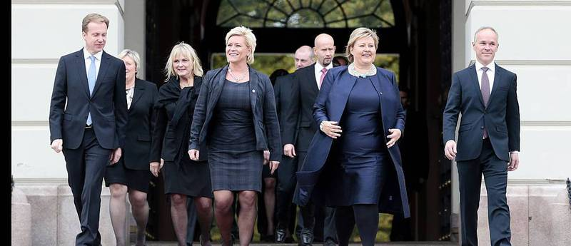 På påtroppende Solberg-regjeringen på slottsplassen etter ekstraordinært statsråd på Slottet 16. oktober. Av 18 ministre i regjeringen har 16 undertegnet eden hvor de ber Gud om hjelp.