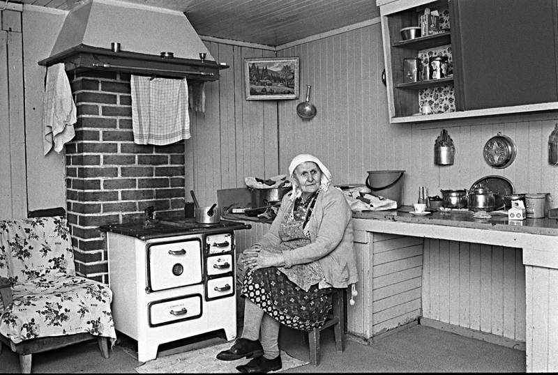 VÅLER, SOLØR Mars 1973: Tater-Milla (født ca 1867) fotografert i kjøkkenet i sitt hjem i Våler, 86 år gammel. Hun bærer skaut, øredobber og sølje.Tater-Milla reiste i 50 år før hun ble bofast.Hennes fulle navn var Jenny Emilie Pettersen.Foto: Ivar Aaserud / Aktuell / Scanpix