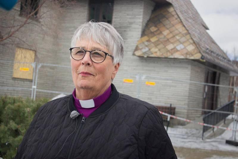 Biskop i Hamar bispedømme Solveig Fiske inspiserte fredag brannskadene på Dombås kirke