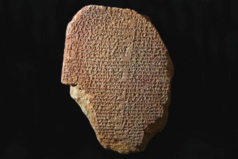 Denne 3.500 år gamle leirtavlen med tekst fra Gilgamesj-eposet, blir sendt tilbake til Irak fra USA.