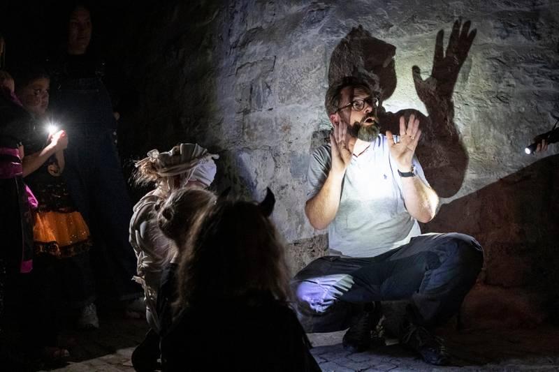 SKUMMEL: Pilegrimsprest Roger Jensen tok initiativet til Halloween-feiring i Gamle Aker kirke. Her er han historieforteller i krypten.