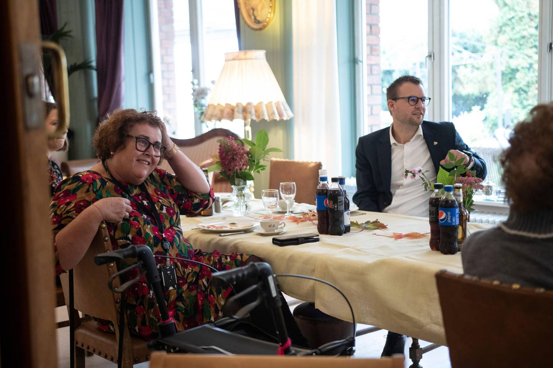 Olaug Bollestad og beboer Kjell Ropstad på Fagerborghjemmet. fotografert ifb. med at regjeringen gir 60 mill. til å motarbeide ensomhet og isolasjon blant de eldre under pandemien.