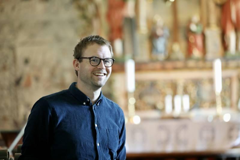Kjell Ingolf Ropstad i Dale kyrkje i Luster, med kirkeverge Morten Rørstadbotten (i hvit skjorte) og prest Geir Paulsen.