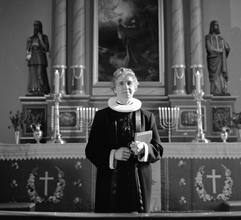 HAMAR 19610319  Cand. teol. Ingrid Bjerkås ordineres til prest. Ordinasjonen finner sted i Vang kirke i Hamar, og biskop Schjelderup forestår seremonien. Bjerkås ble dermed Norges første kvinnelige prest. Her Ingrid Bjerkås ved alteret under ordinasjonen.  Foto: Stage / NTB / NTB