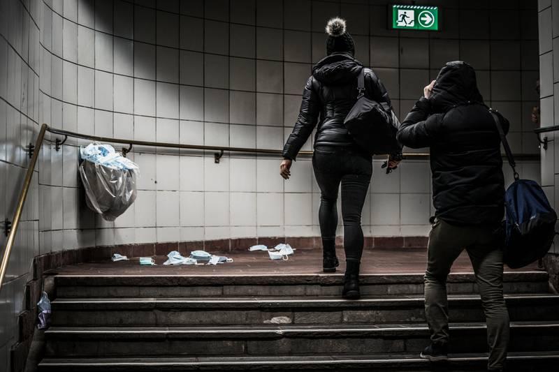 Det er påbudt med munnbind i kollektivtrafikken i Oslo på grunn av fare for smitte av corona-viruset. Korona, virus, kollektiv, trikk, buss, passasjerer, høst, regn, oktober, munnbind, smitte